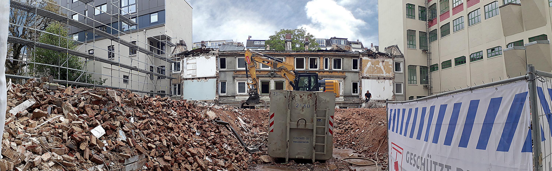 Die Abbildung zeigt die Abrissarbeiten im September 2018 in der Hegestraße 46